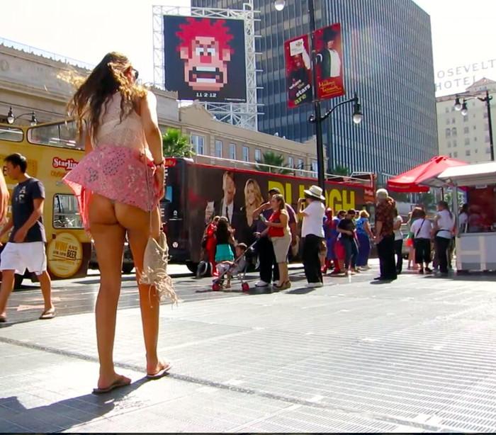 【パンチラエロ画像】街中で捉えた決定的瞬間!刹那の瞬間のパンチラ画像 28