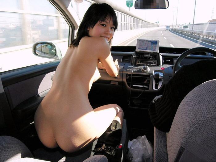 【車内ヌードエロ画像】車内で恥ずかしそうにしている素人娘の仕草が堪らない! 05