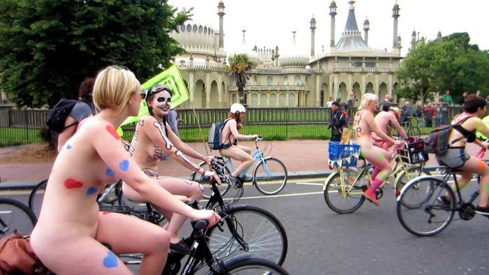 【自転車エロ画像】全裸で自転車を漕ぐ!なんだコレ!?エロいぞ! 07