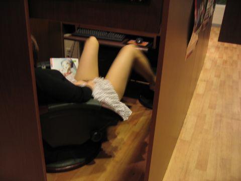 【ネットカフェエロ画像】ネットカフェの個室内はカオス状態!ハメてるカップル多数! 02