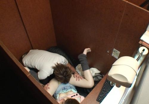 【ネットカフェエロ画像】ネットカフェの個室内はカオス状態!ハメてるカップル多数! 18