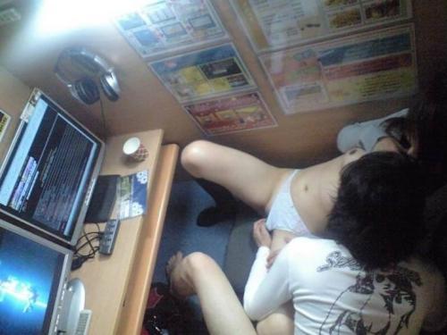 【ネットカフェエロ画像】ネットカフェの個室内はカオス状態!ハメてるカップル多数! 20