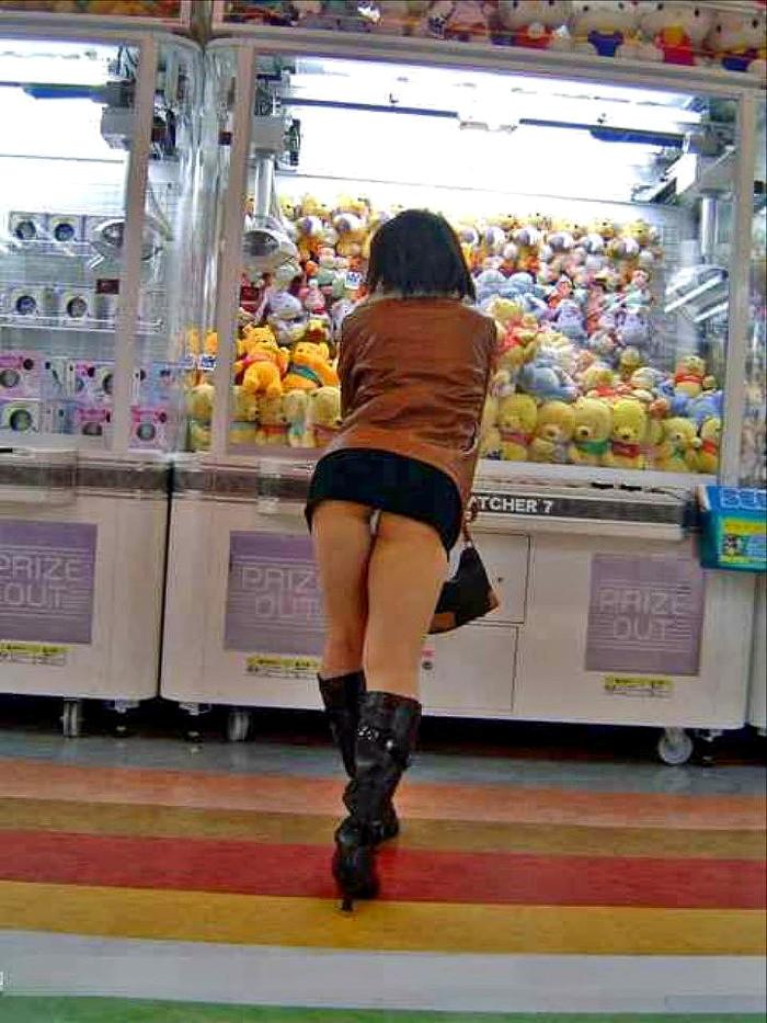 【パンチラエロ画像】パンチラは女の子のガードが緩んだ瞬間を狙うべし!w 05