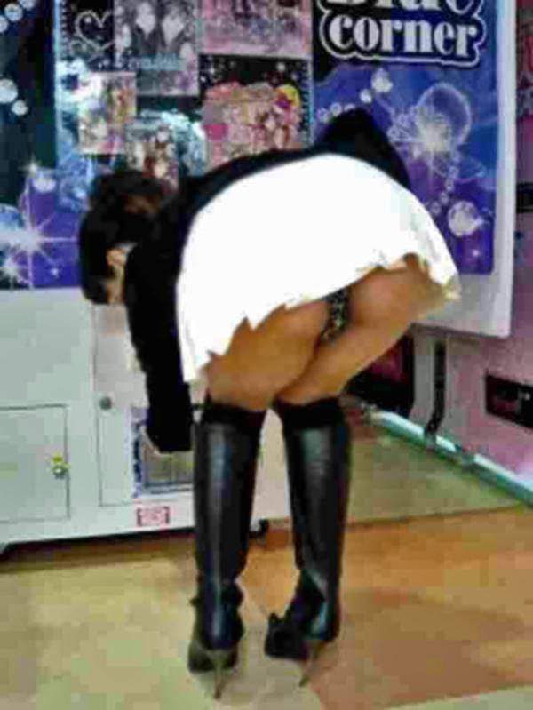 【パンチラエロ画像】パンチラは女の子のガードが緩んだ瞬間を狙うべし!w 07