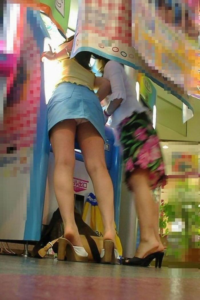 【パンチラエロ画像】パンチラは女の子のガードが緩んだ瞬間を狙うべし!w 15
