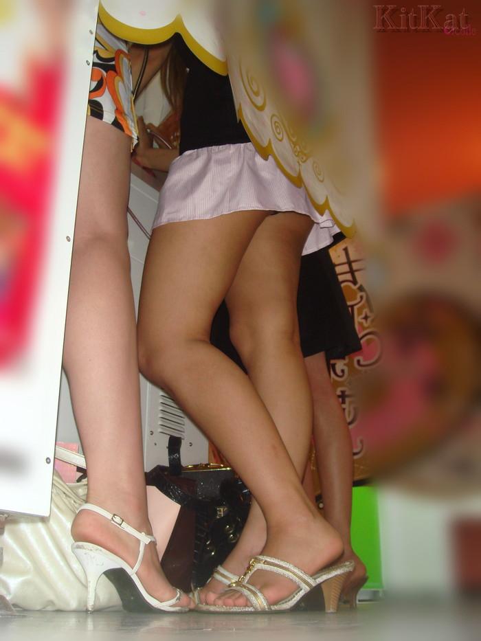【パンチラエロ画像】パンチラは女の子のガードが緩んだ瞬間を狙うべし!w 17