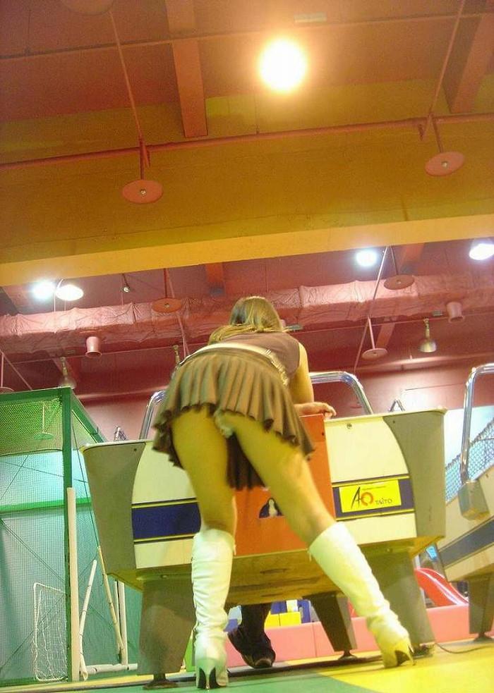 【パンチラエロ画像】パンチラは女の子のガードが緩んだ瞬間を狙うべし!w 20