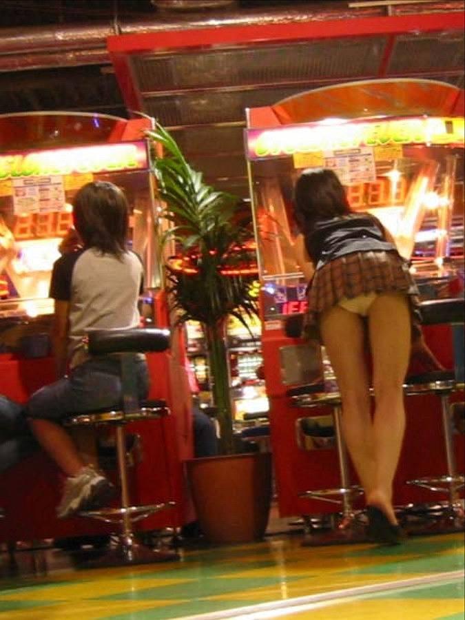 【パンチラエロ画像】パンチラは女の子のガードが緩んだ瞬間を狙うべし!w 21