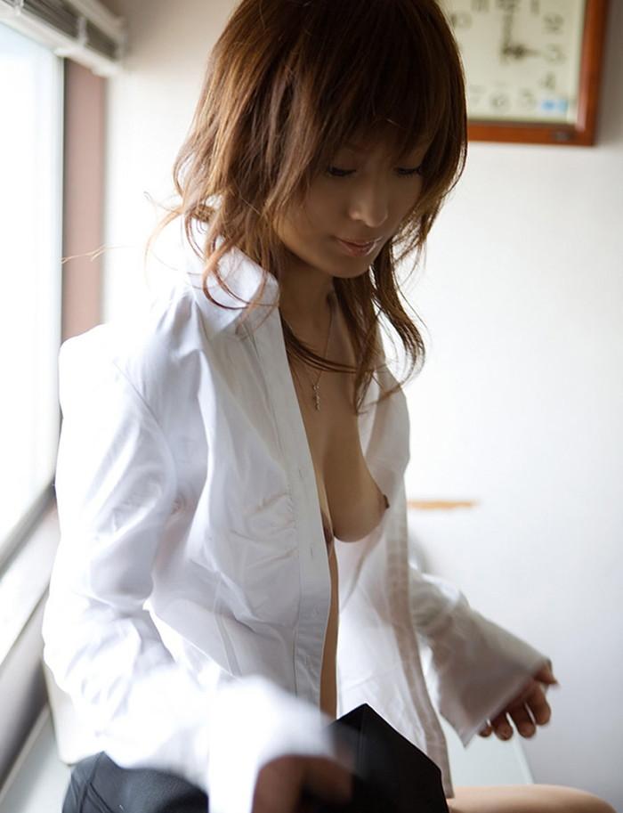 【裸ワイシャツエロ画像】白いワイシャツからおっぱいスケスケ!萌え度高めのエロ画像 03