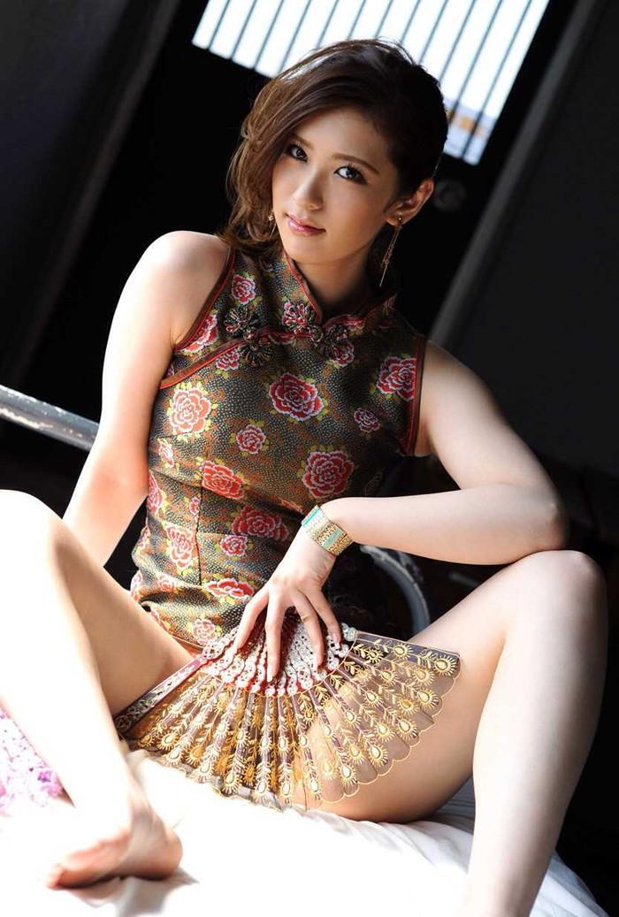 【チャイナドレスエロ画像】太ももに切れ込んだスリットがやたらエロいチャイナドレス! 10