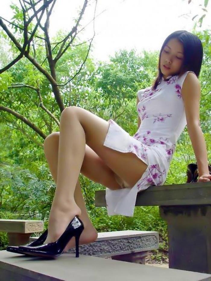 【チャイナドレスエロ画像】太ももに切れ込んだスリットがやたらエロいチャイナドレス! 24