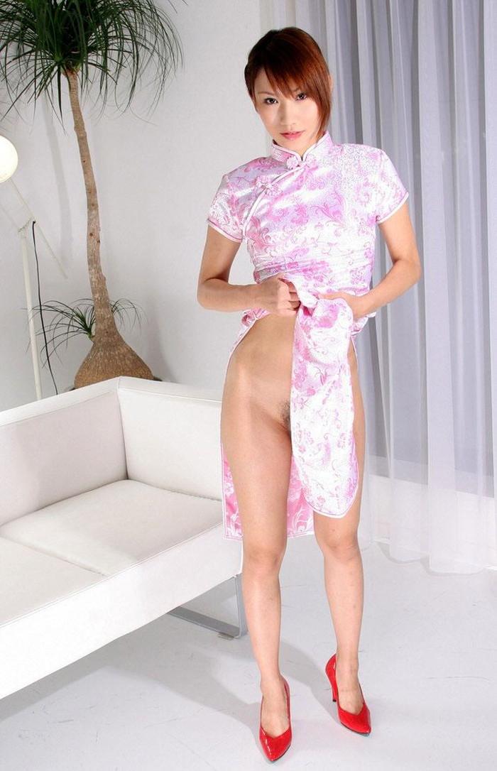 【チャイナドレスエロ画像】太ももに切れ込んだスリットがやたらエロいチャイナドレス! 26