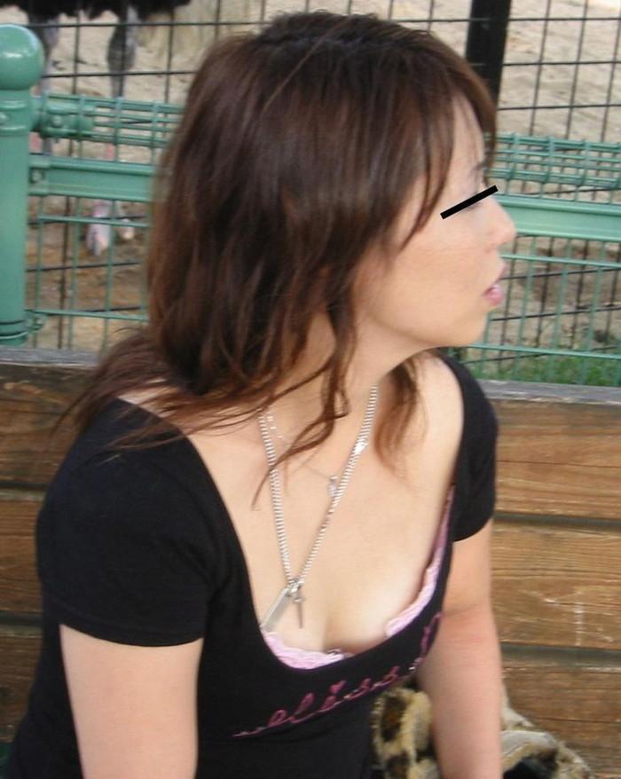 【胸チラエロ画像】偶発的にチラリと見えた素人娘のおっぱいがエロ杉だろ! 08