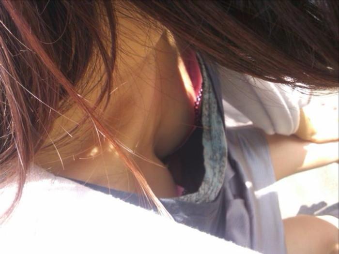 【胸チラエロ画像】偶発的にチラリと見えた素人娘のおっぱいがエロ杉だろ! 24