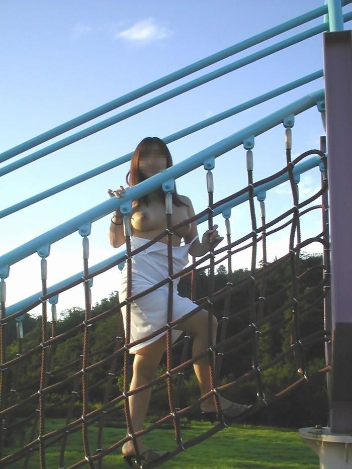 【野外露出エロ画像】こんな所でも大胆露出してしまう素人娘の野外露出! 16