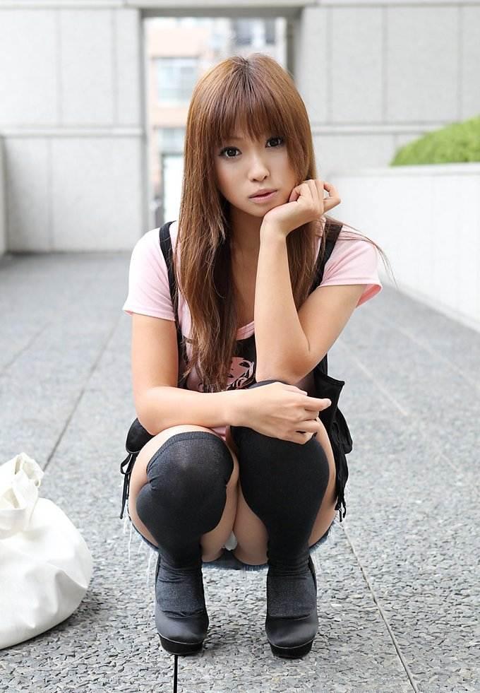 【パンチラエロ画像】しゃがみ込んだ女の子のデルタゾーンに勃起必至! 23