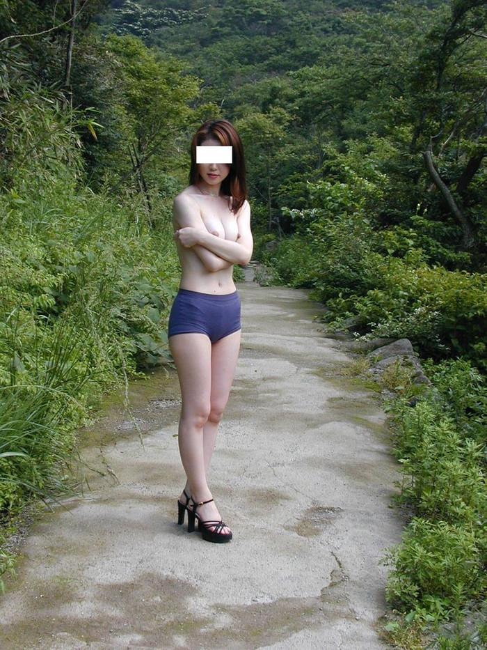 【野外露出エロ画像】大胆で潔い脱ぎっぷり!露出狂の女たちの画像はこちら! 16