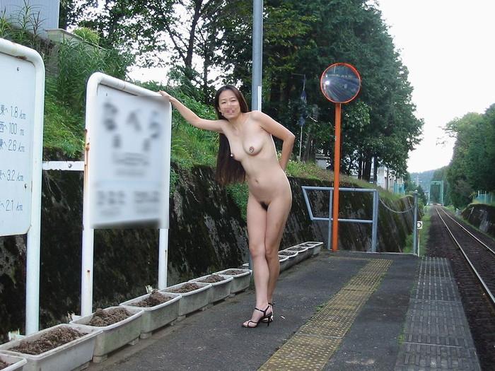 【野外露出エロ画像】大胆で潔い脱ぎっぷり!露出狂の女たちの画像はこちら! 18