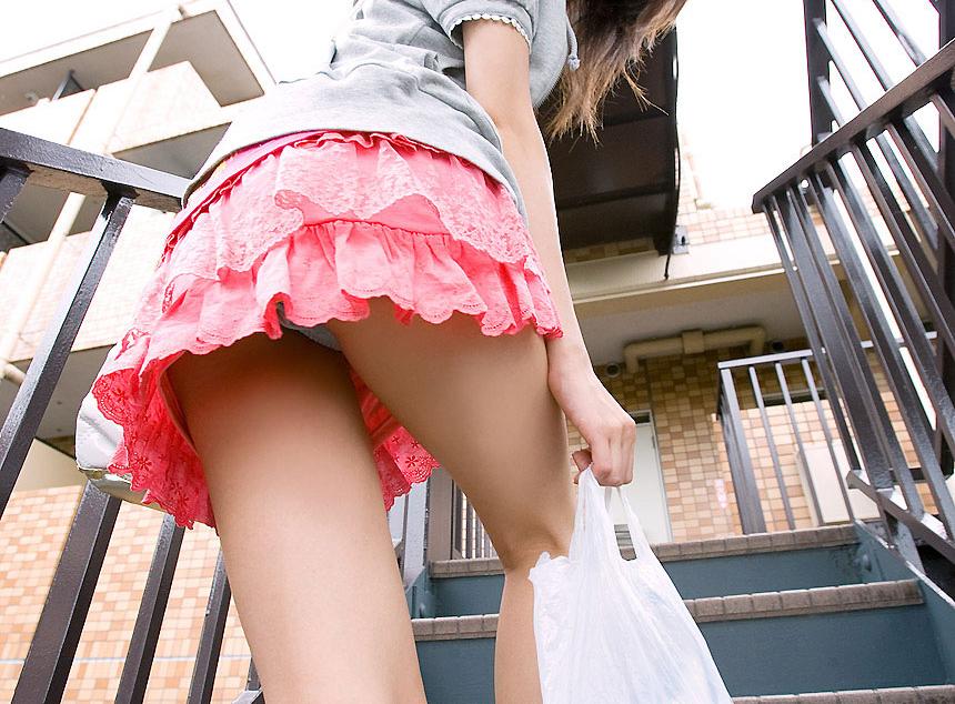 【パンチラエロ画像】素人娘たちのスカートの中身をローアングルで狙い撃ち