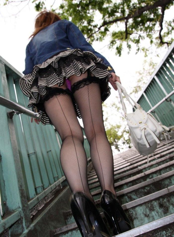 【パンチラエロ画像】素人娘たちのスカートの中身をローアングルで狙い撃ち 01