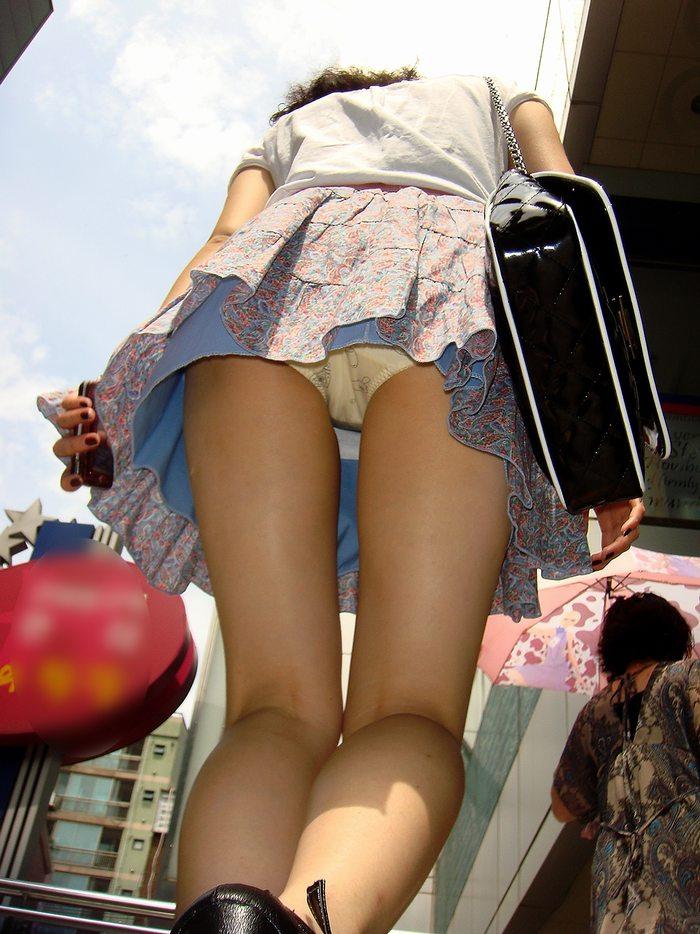 【パンチラエロ画像】素人娘たちのスカートの中身をローアングルで狙い撃ち 04