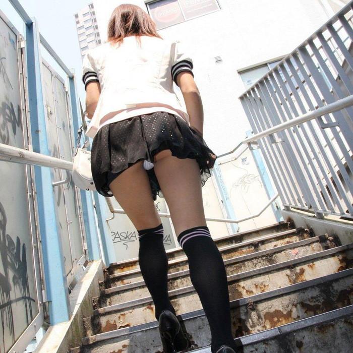 【パンチラエロ画像】素人娘たちのスカートの中身をローアングルで狙い撃ち 07