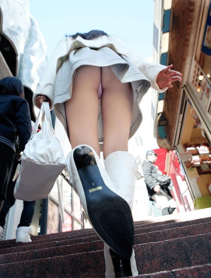 【パンチラエロ画像】素人娘たちのスカートの中身をローアングルで狙い撃ち 09
