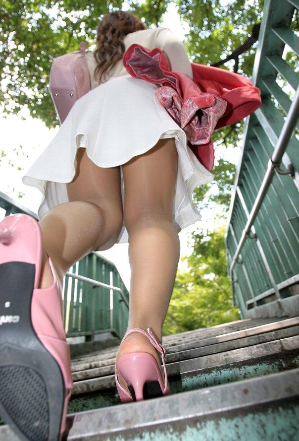 【パンチラエロ画像】素人娘たちのスカートの中身をローアングルで狙い撃ち 17