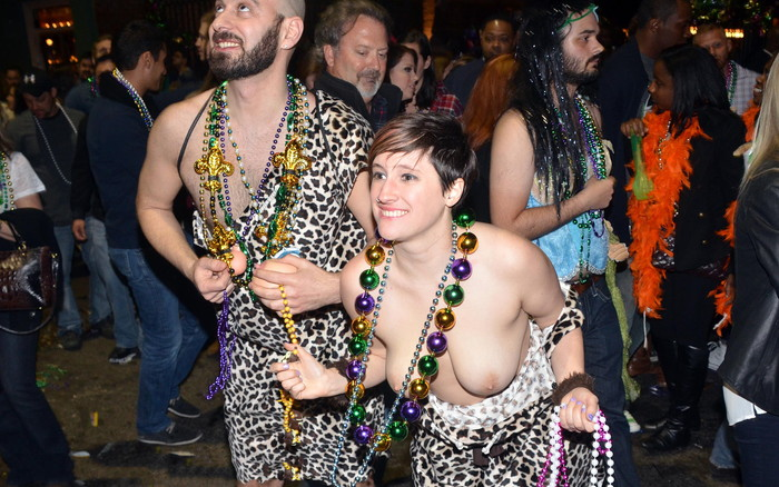 【海外祭りエロ画像】女の子がおっぱいを故意に見せ付けるマルディグラという祭w 08