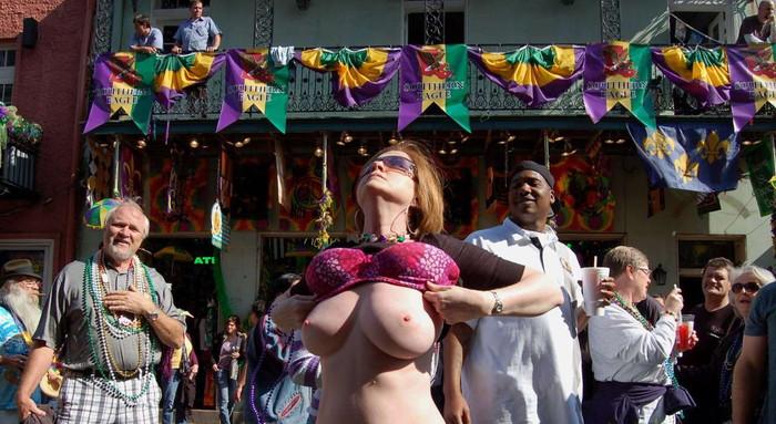【海外祭りエロ画像】女の子がおっぱいを故意に見せ付けるマルディグラという祭w 17