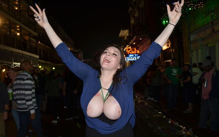 【海外祭りエロ画像】女の子がおっぱいを故意に見せ付けるマルディグラという祭w 25