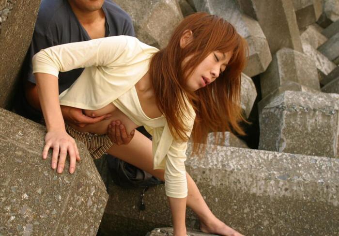 【青姦エロ画像】誰かに見られるかも…のスリルに身を投じる青姦カップル 22