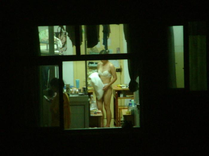 【民家盗撮エロ画像】カーテンや窓の隙間から素人娘のあられもない姿を激写 02