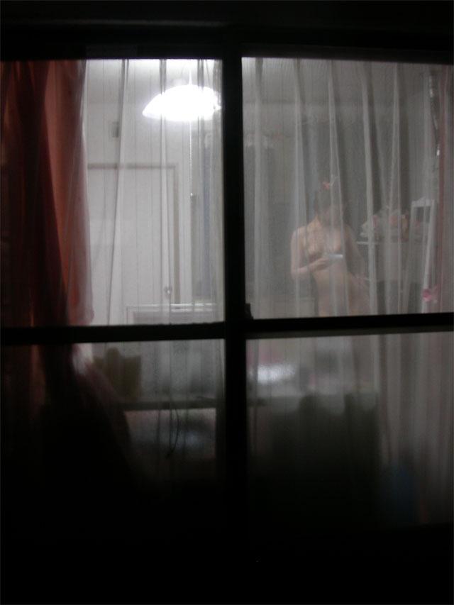 【民家盗撮エロ画像】カーテンや窓の隙間から素人娘のあられもない姿を激写 08