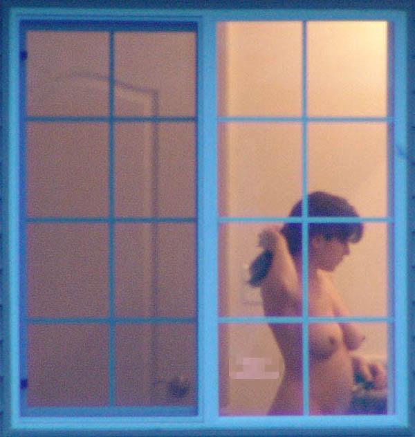 【民家盗撮エロ画像】カーテンや窓の隙間から素人娘のあられもない姿を激写 09