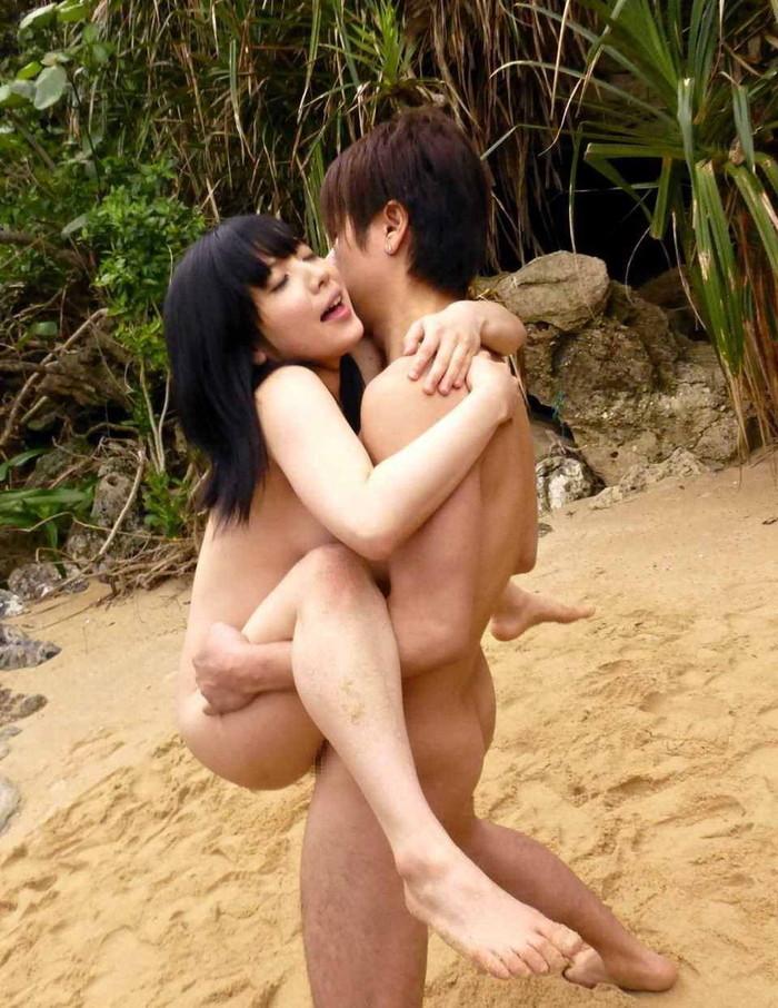 【駅弁エロ画像】駅弁を売り歩くような体位でセックスする男女 14