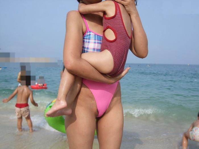【水着ハプニングエロ画像】予期せぬ事態が水着美女を襲う!水着ハプニング集! 27