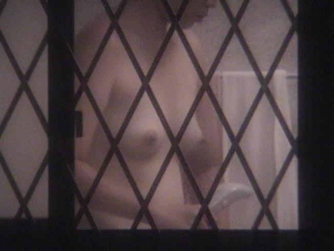 【民家盗撮エロ画像】これは割りとガチっぽい?リアルな民家盗撮エロ画像 04