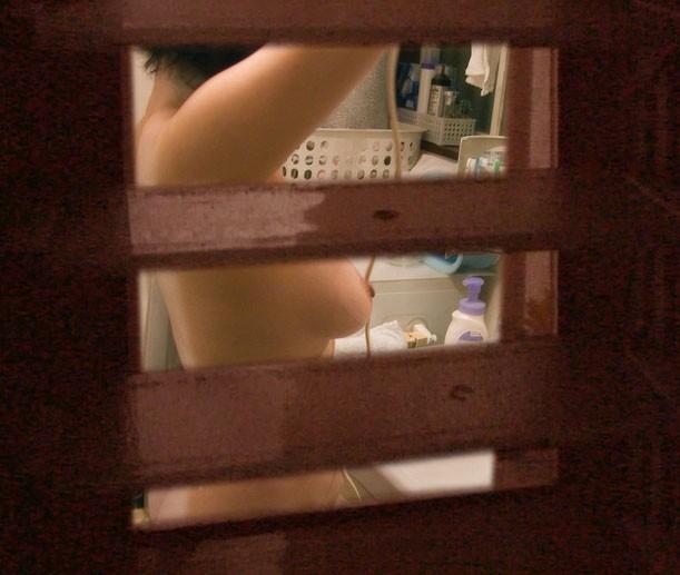 【民家盗撮エロ画像】これは割りとガチっぽい?リアルな民家盗撮エロ画像 10