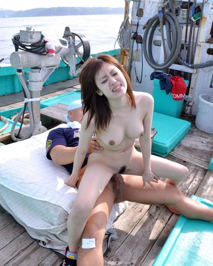 【青姦エロ画像】他人の目に触れるかもしれないからこそ刺激的な青姦! 18