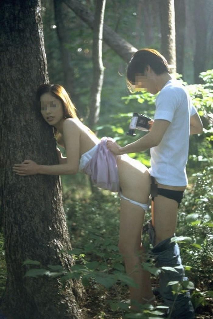 【青姦エロ画像】他人の目に触れるかもしれないからこそ刺激的な青姦! 23