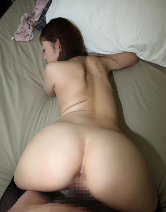 【バックエロ画像】女の子の腰周りのクビレが堪らないバックでセックスしている画像 07