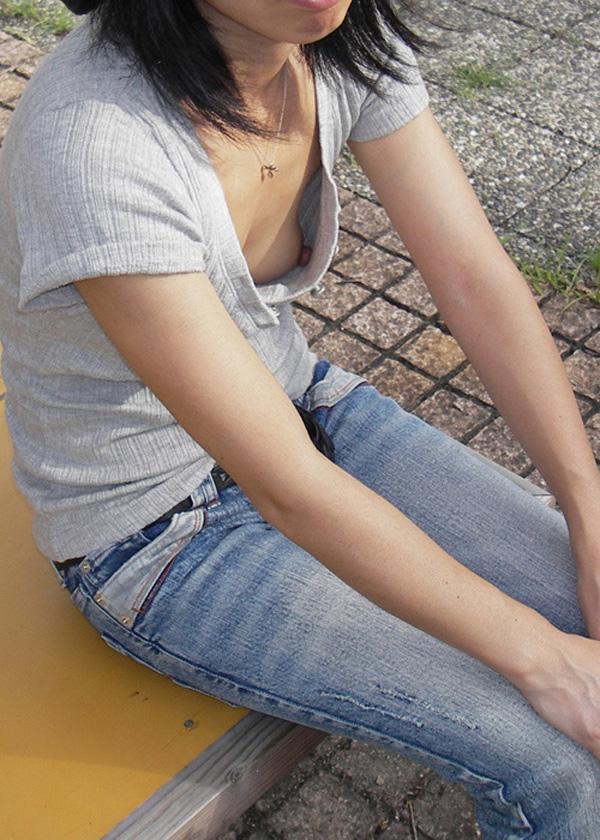 【素人胸チラエロ画像】暖かい季節にありがちなハプニングショット! 07