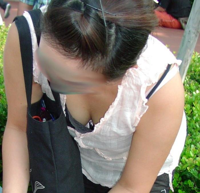 【素人胸チラエロ画像】暖かい季節にありがちなハプニングショット! 08