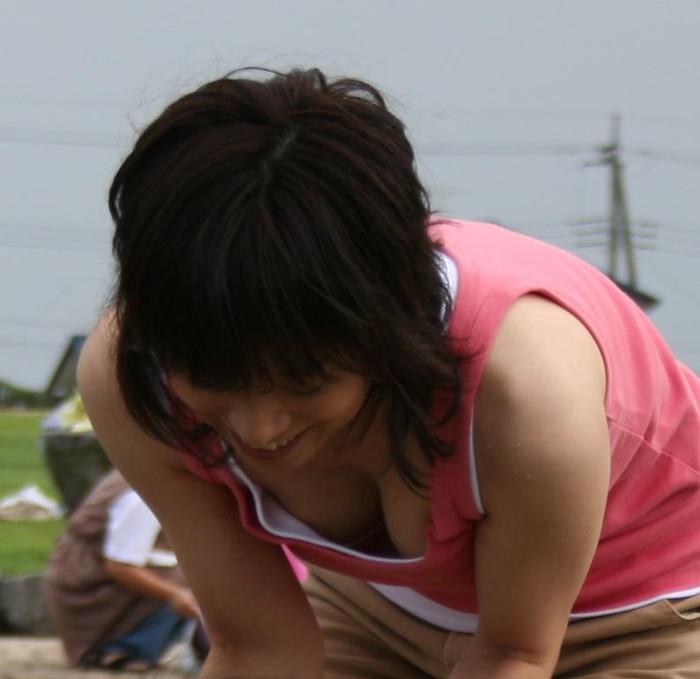 【素人胸チラエロ画像】暖かい季節にありがちなハプニングショット! 13