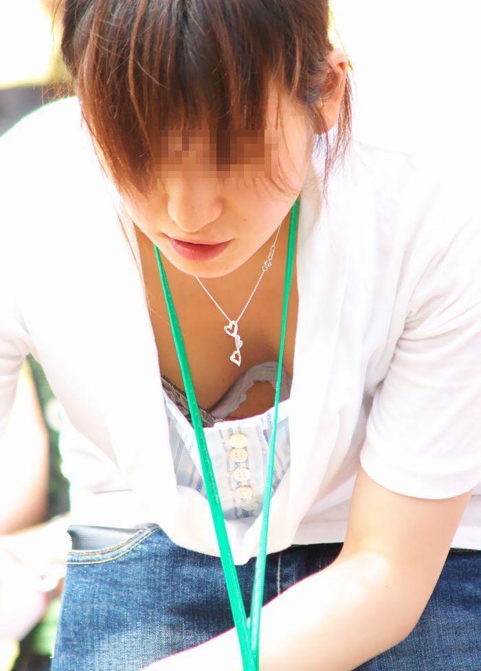 【素人胸チラエロ画像】暖かい季節にありがちなハプニングショット! 14