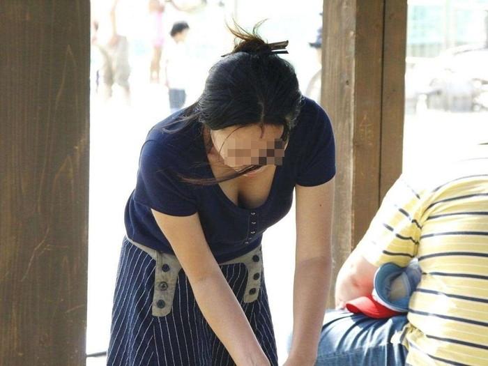 【素人胸チラエロ画像】暖かい季節にありがちなハプニングショット! 16
