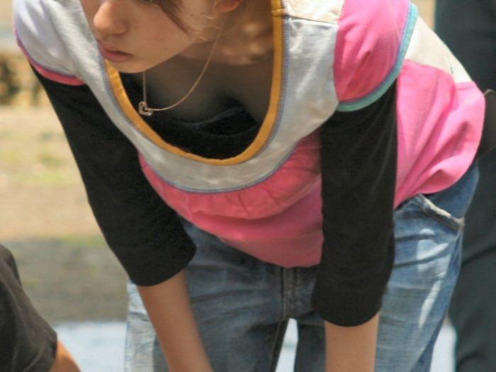 【素人胸チラエロ画像】暖かい季節にありがちなハプニングショット! 21