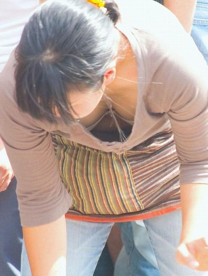 【素人胸チラエロ画像】暖かい季節にありがちなハプニングショット! 25
