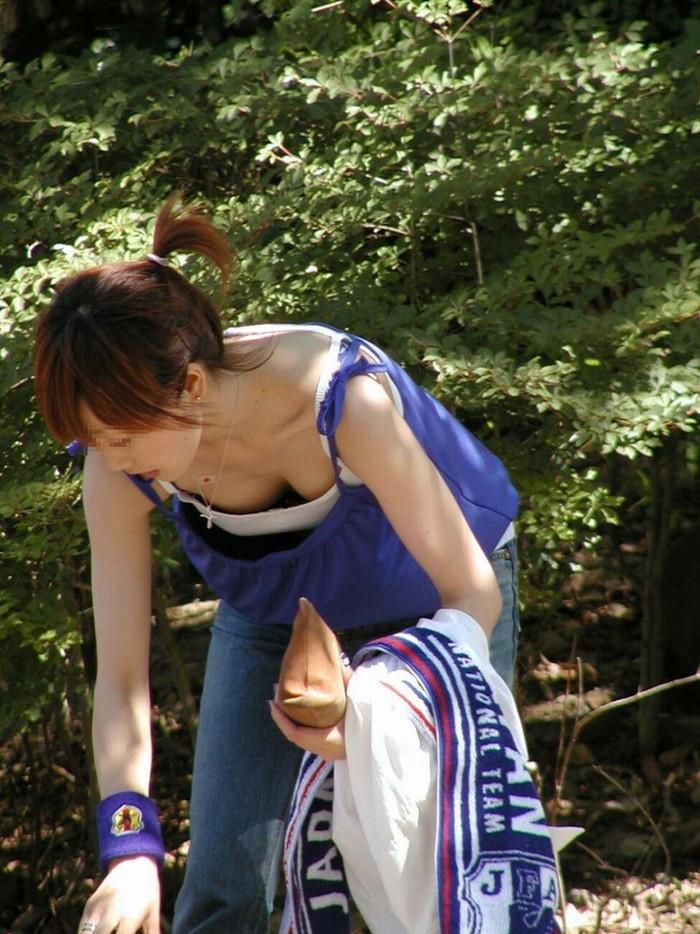 【素人胸チラエロ画像】暖かい季節にありがちなハプニングショット! 26